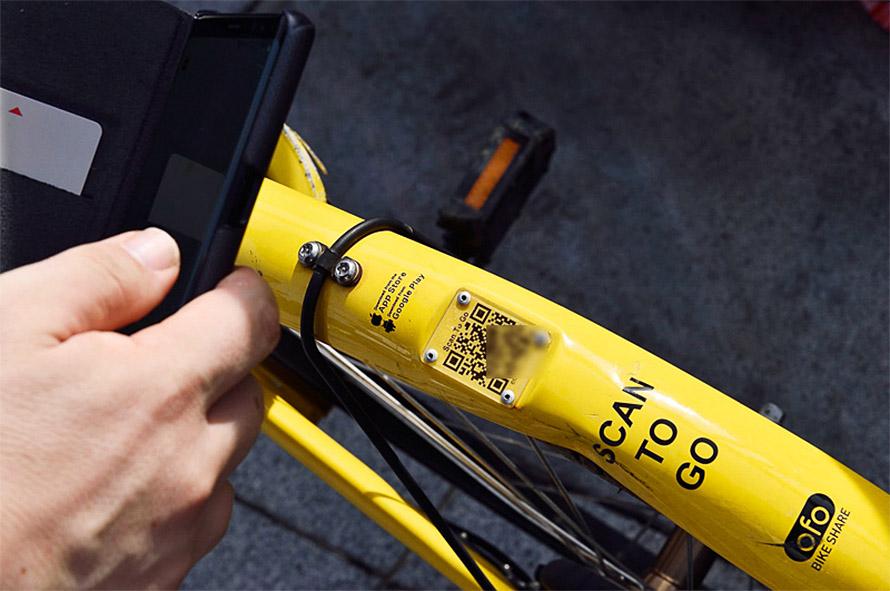 利用するにはアプリを起動して、自転車に貼られているQRコードを読み込むだけ。すると事業者側のコンピュータが通信を使って自転車のロックを解錠する