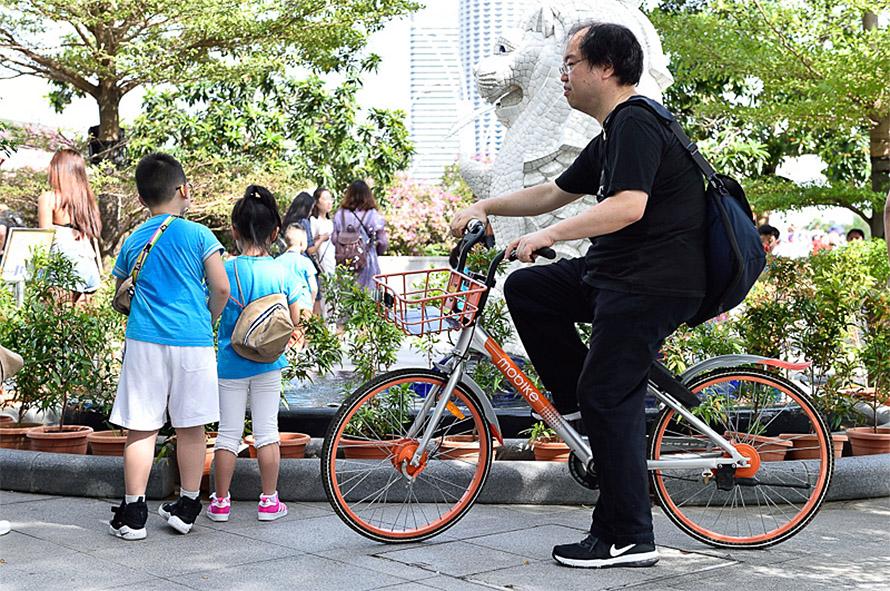 世界三大がっかりの1つと言われる小さい方のマーライオンの前で1枚。このようにコンパクトなシンガポールだけに、シェアサイクルでの観光もお勧め