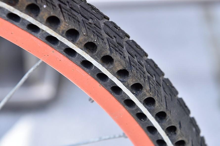断面方向に穴が開けられたタイヤ。チューブも空気も入っていないのでパンクの心配がない