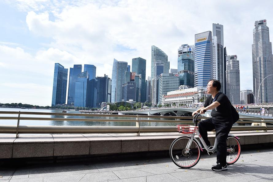 シンガポールの金融街をバックに