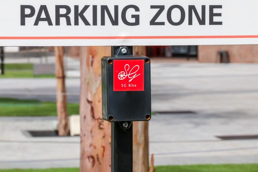 駐輪スペースに取り付けられたSG BIKEの発信器のようなもの。これで車両が駐輪スペースに置かれたことを認識するようだ