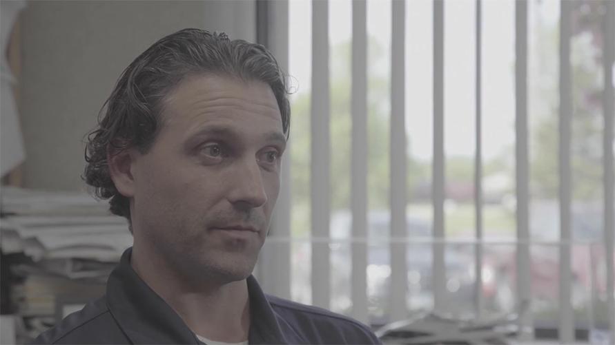 Josh Doffer:プロフィール設計とエンジニアリングのプロジェクト監督であり、マーキー社の副社長。マーキー社に勤めて15年。新製品の開発、変更オーダーの処理、モデルチェンジなどエンジニアリング関連のことをチームで担当している。