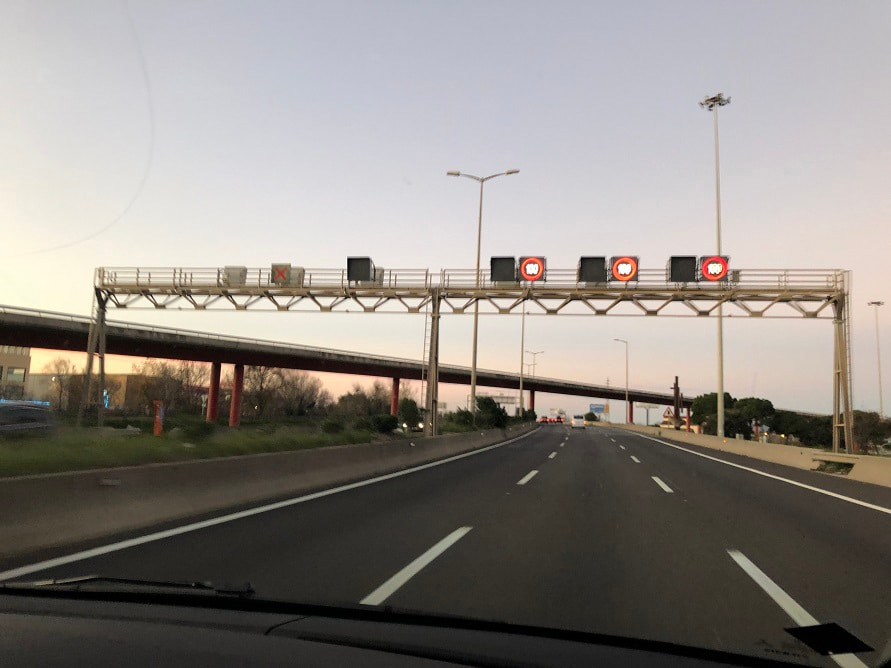 バルセロナ空港へ向かう高速道路で撮影したオービス。日本のものとよく似ている