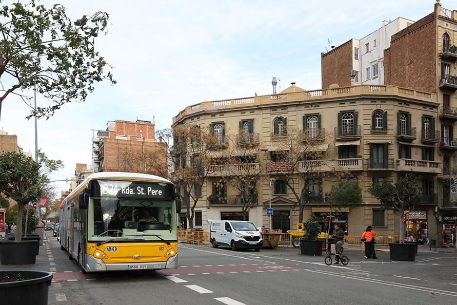 サグラダファミリア前を通るバス。市内のバス停は400メートル間隔で設置され、乗り放題チケットなども整備することで利便性と利用率を向上させている
