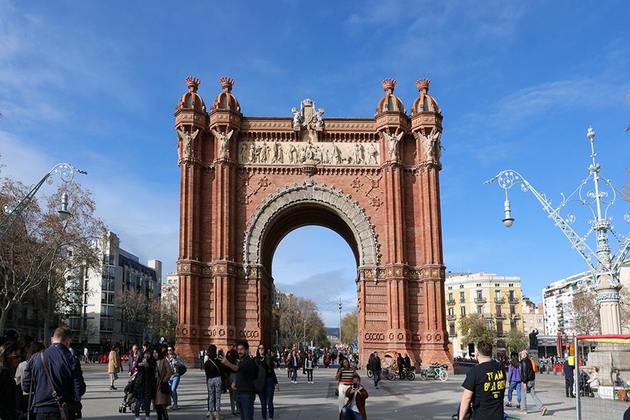 街頭インタビューはバルセロナ凱旋門付近で行った